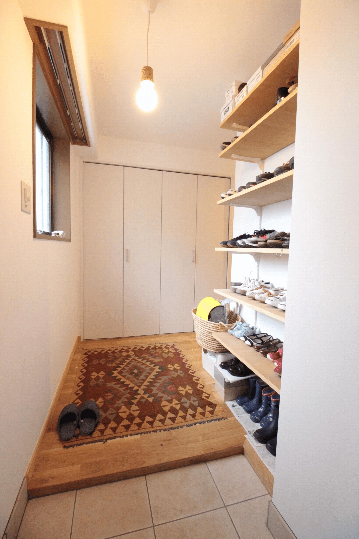 圧迫感ゼロな可動棚の靴収納