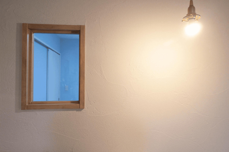 照明が照らす珪藻土の壁と造作内窓