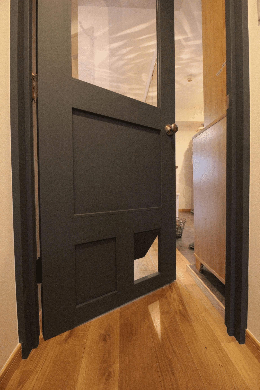 LDKへの入口は、猫ドア付きの造作建具