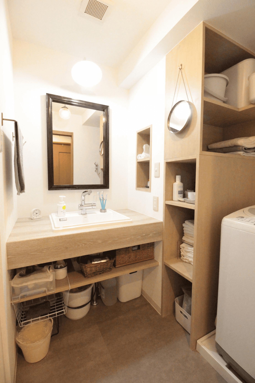 アンティークの鏡が映える造作洗面台